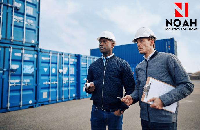 ingenieros discutiendo acerca de un servicio logistico
