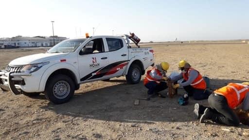 operarios de noah logistica trabajando sobre campo de tierra