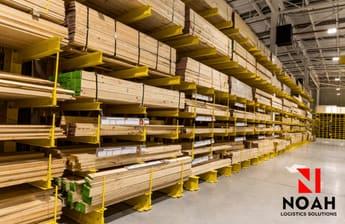 almacen de una de las mas importantes empresas de almacenamiento con tablas de madera apiladas