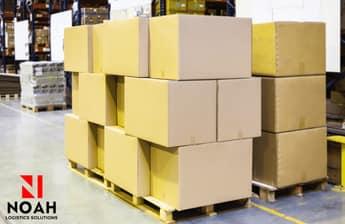 cajas apiladas sobre pallets en el almacén de Noah Logística