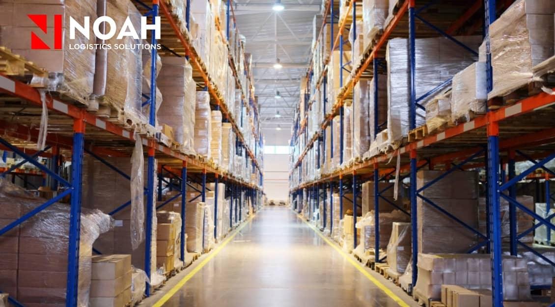 Almacén lleno de productos listos para ser transferidos en una gestión de almacenaje.